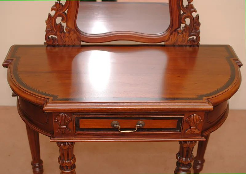 Mirror detail of the fluted legs colonial console